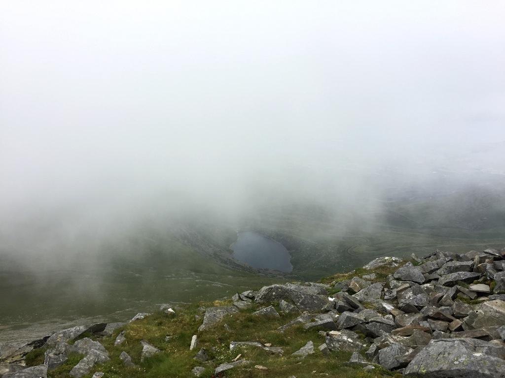 Panorama z Elidir Fawr i niewielkie jezioro, które jest połaczone z potężnym zbiornikiem wodnym położonym po drugiej stronie góry.