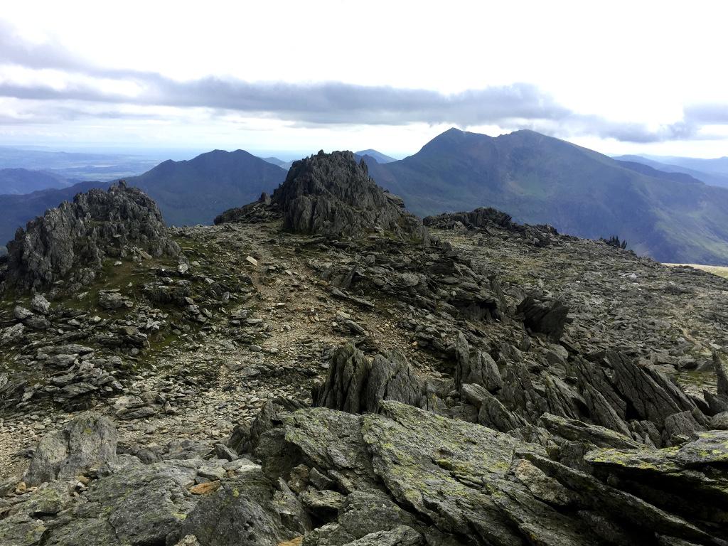 Pierwszy z dwóch siostrzanych szczytów Glyder Fawr. Szczyt ozdobiony jest przeróżnymi, potężnymi formami skalnymi o fantazyjnych kształtach. Można się zakochać!