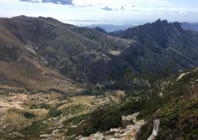 Po przejściu przełęczy mamy widok na kolejną dolinę. W dole widać mikroskopijne schronisko.